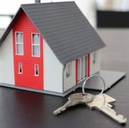 Une petite maison et des clés
