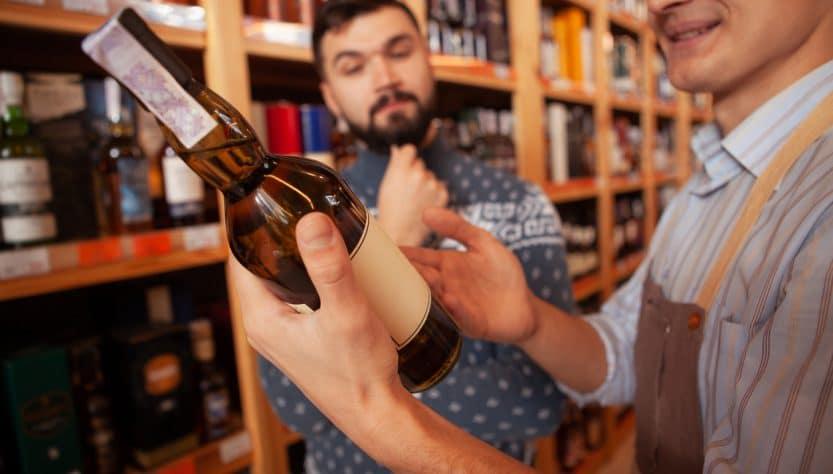 Un client dans une cave à vin