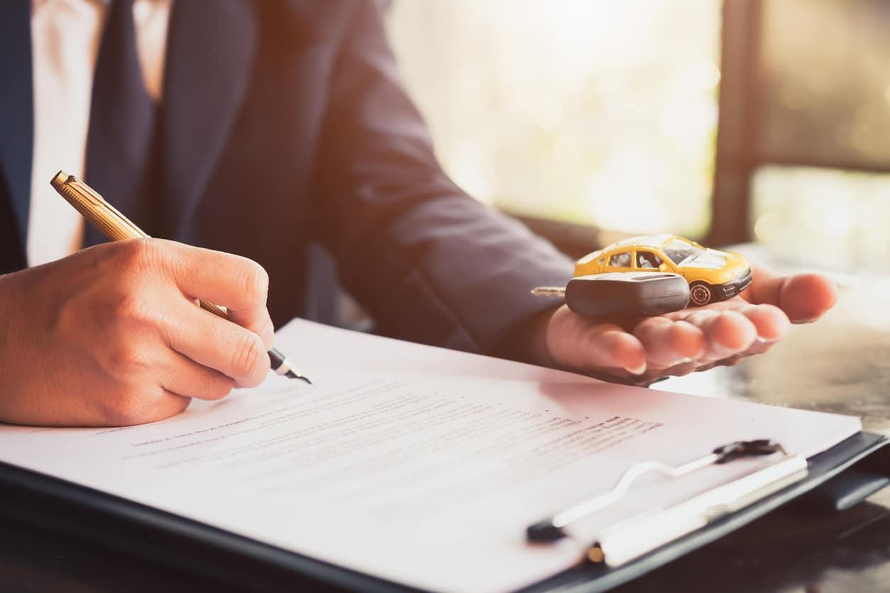 Une personne qui signe un contrat de prévoyance