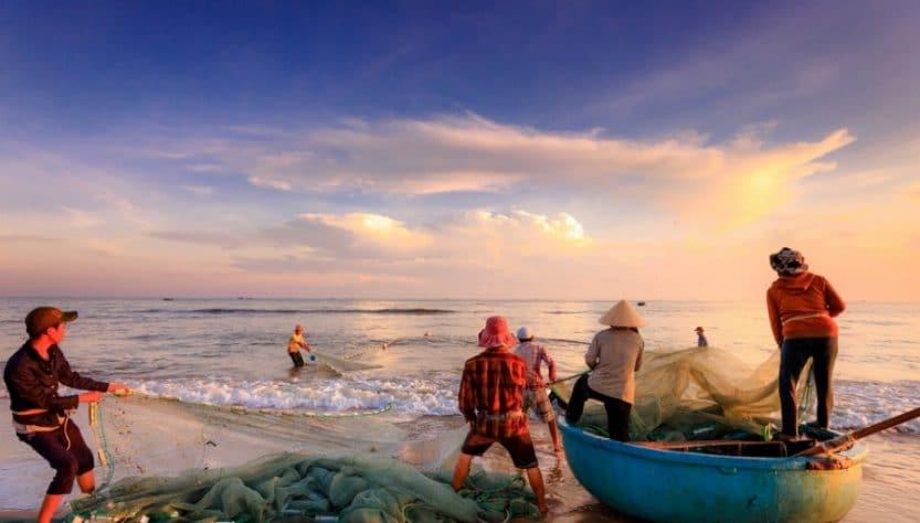Pêcheurs qui tirent un filet