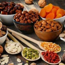 Bols avec des fruits secs