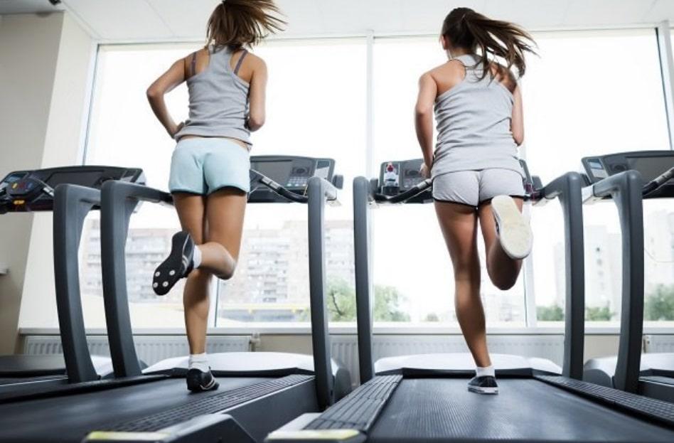 Deux femmes sur des tapis de course