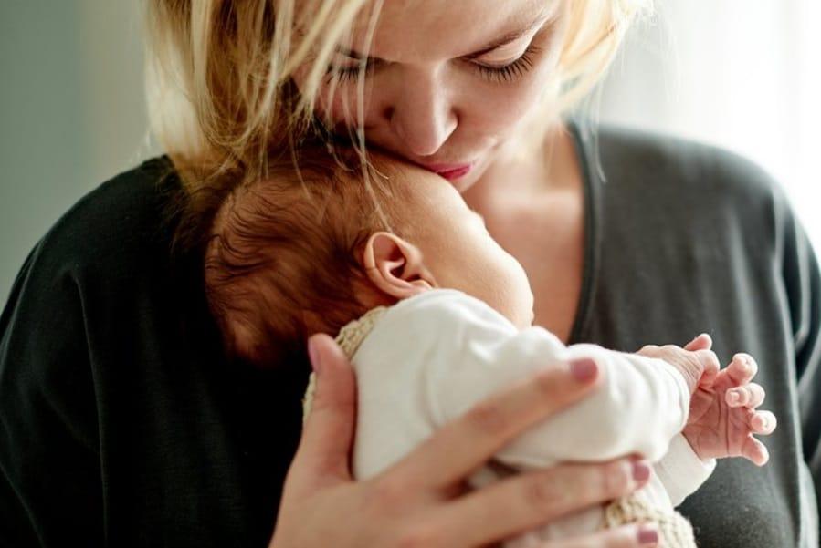 Femme qui porte son bébé