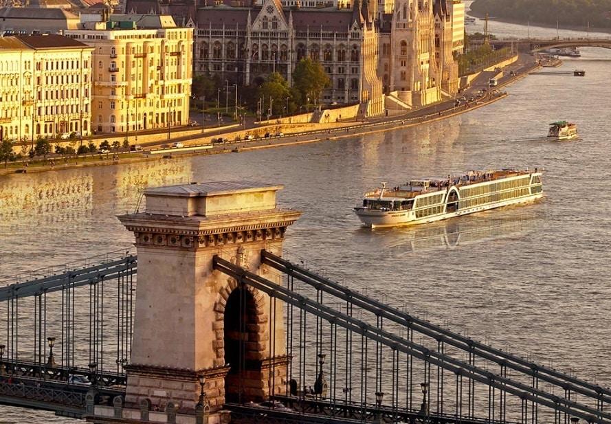 Un navire de croisère fluviale