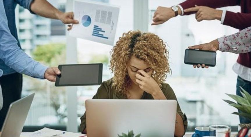 Femme stressée devant un ordinateur