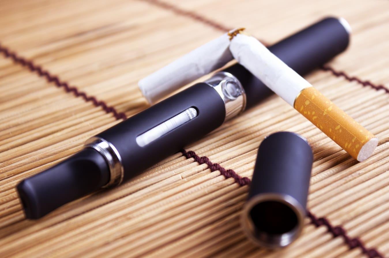 Une cigarette cassée sur une e-cigarette