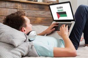 Un étudiant apprend l'arabe