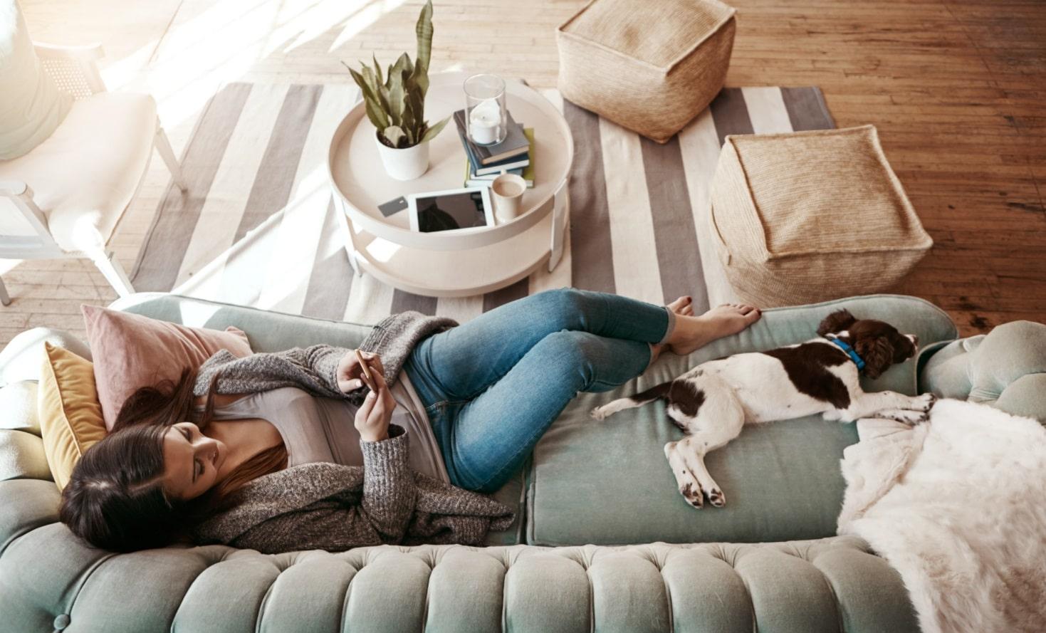 Femme sur son canapé avec son chien