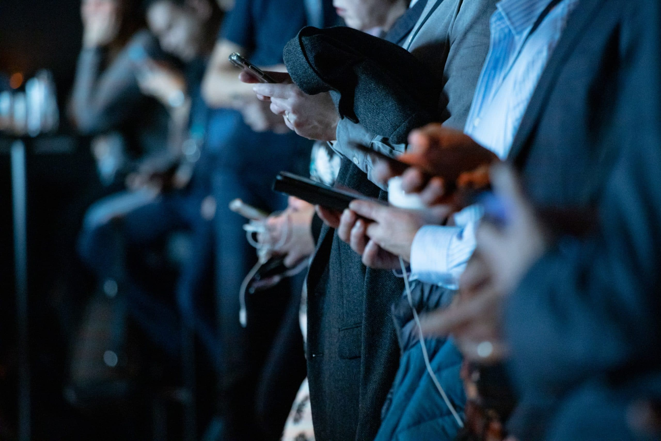 Personnes sur leurs téléphones