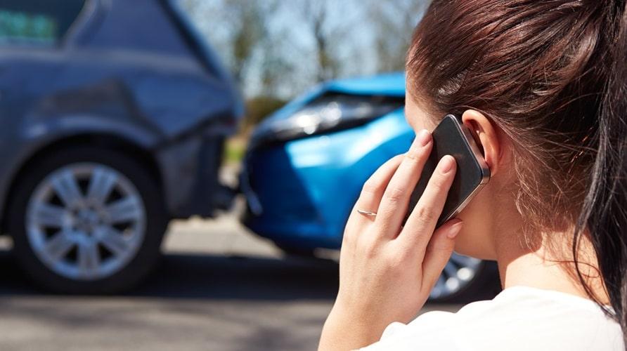 Femme qui téléphone pour un accident
