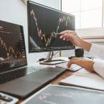 Un tradeur qui surveille l'évolution de la bourse