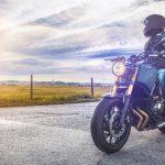 Un homme sur une moto bien équipé