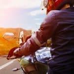 Un motard sur une route