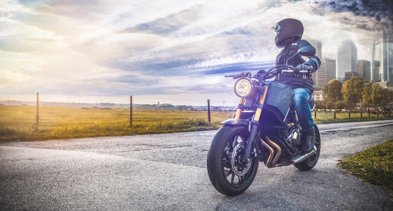 Un homme de dos sur une moto