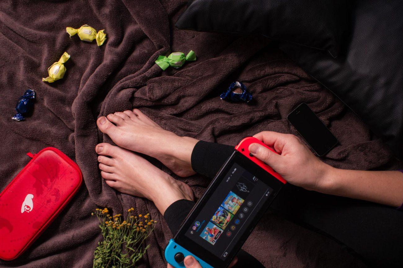 Une personne entrain de jour à la Nintendo Switch