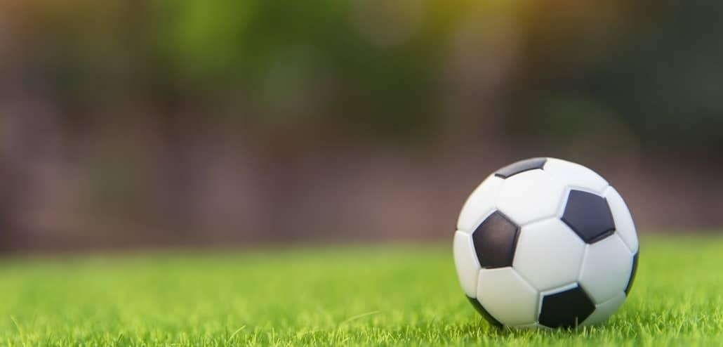 Ballon football pelouse