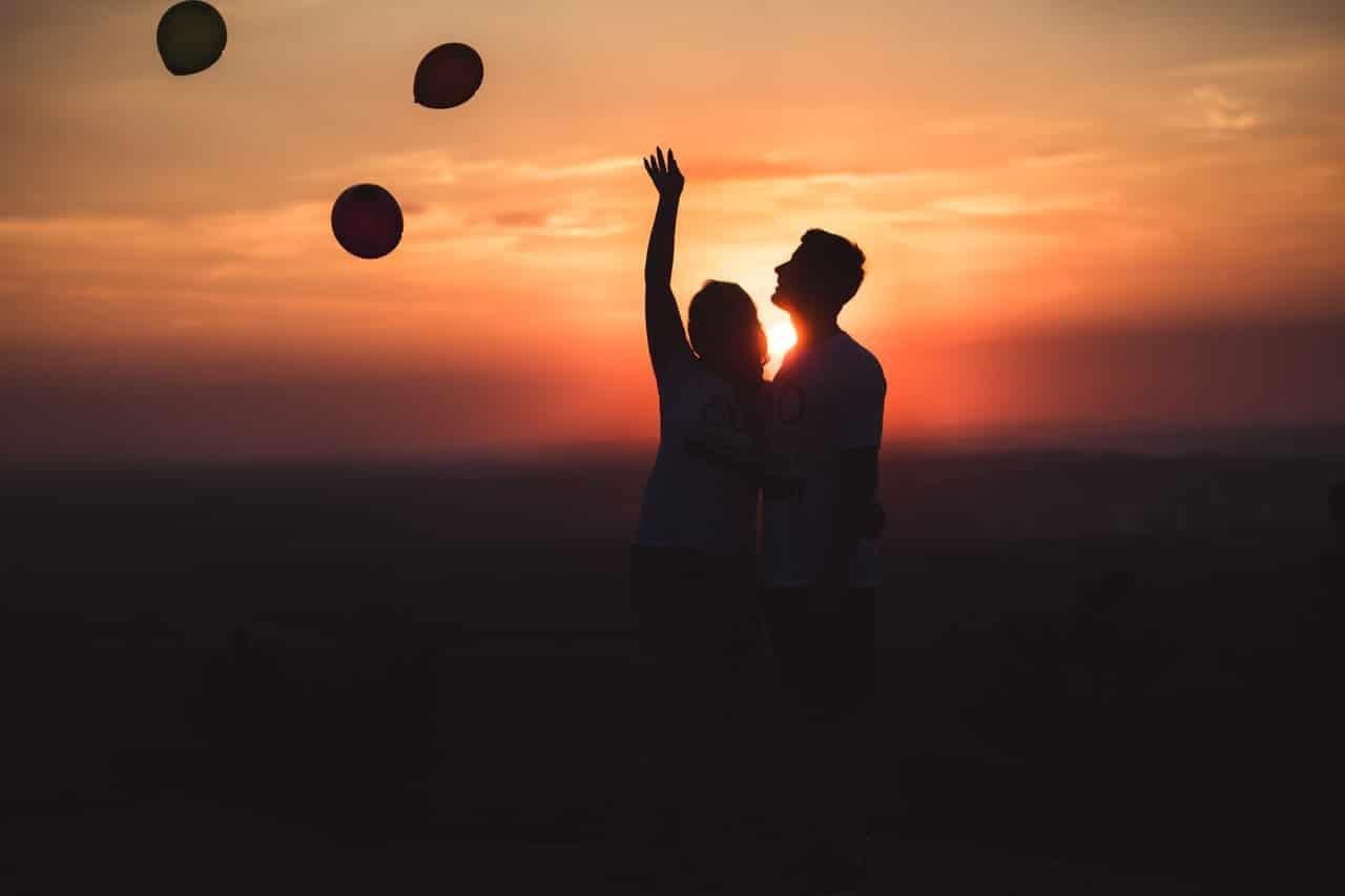 Couple coucher du soleil