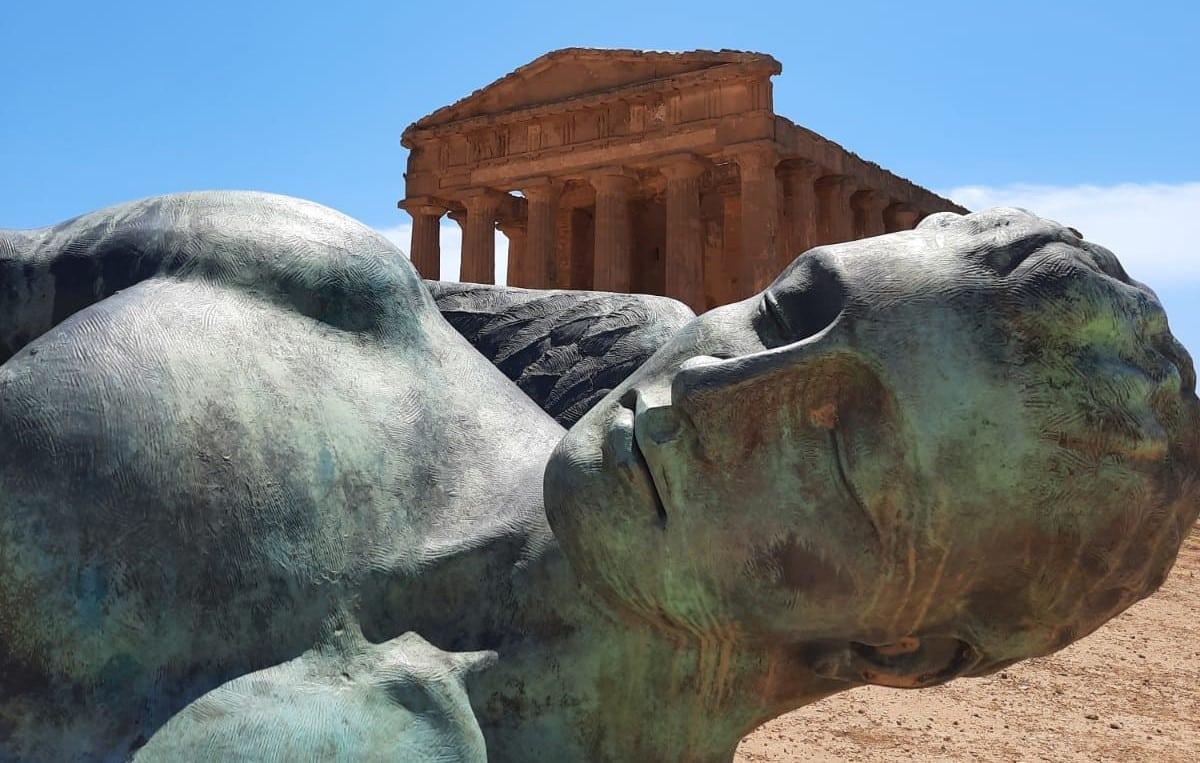 Une statue allongé par terre
