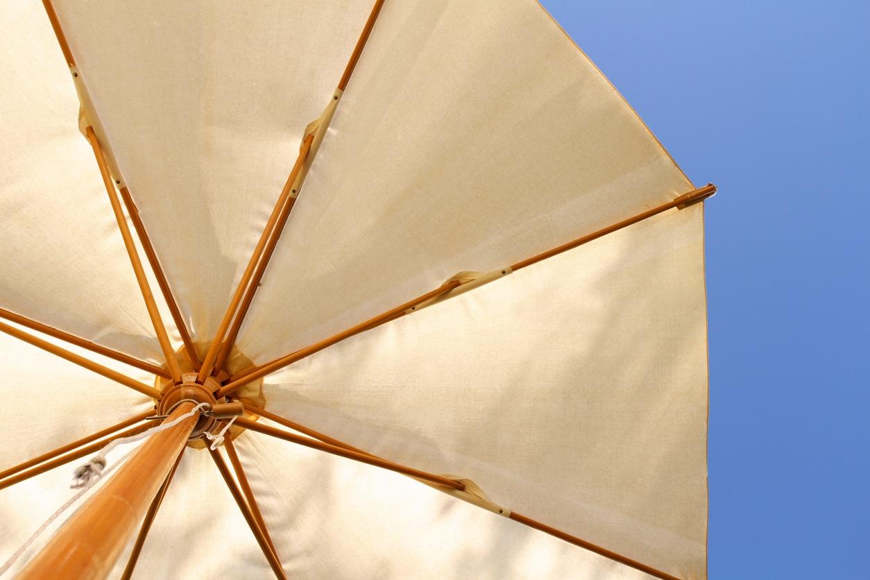 un parasol blanc