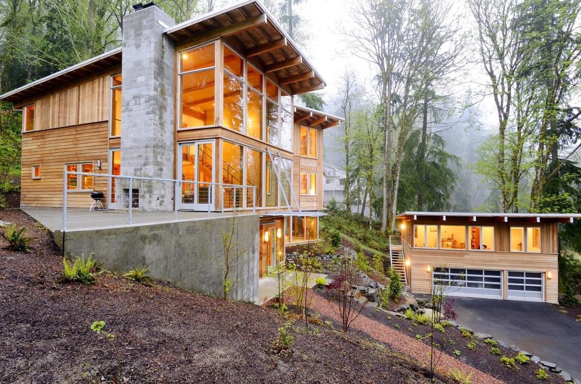 Maison moderne dans une forêt