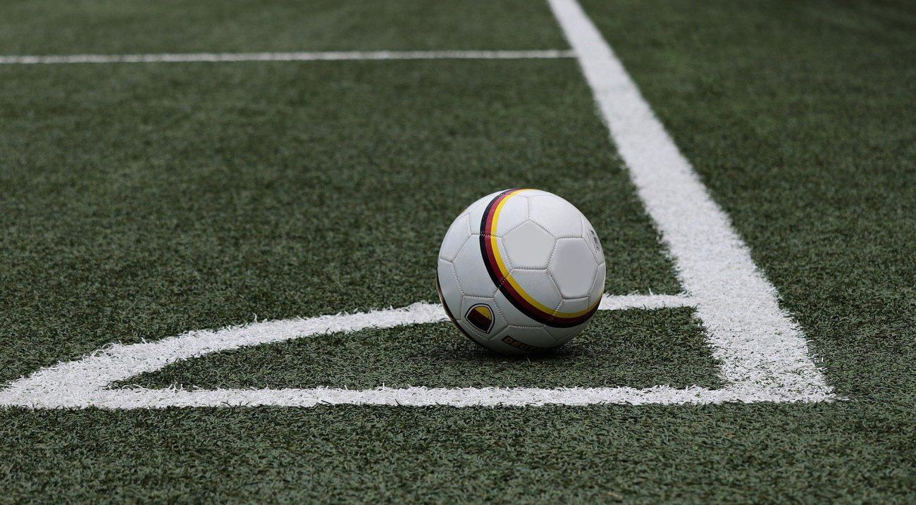 ballon de football sur terrain