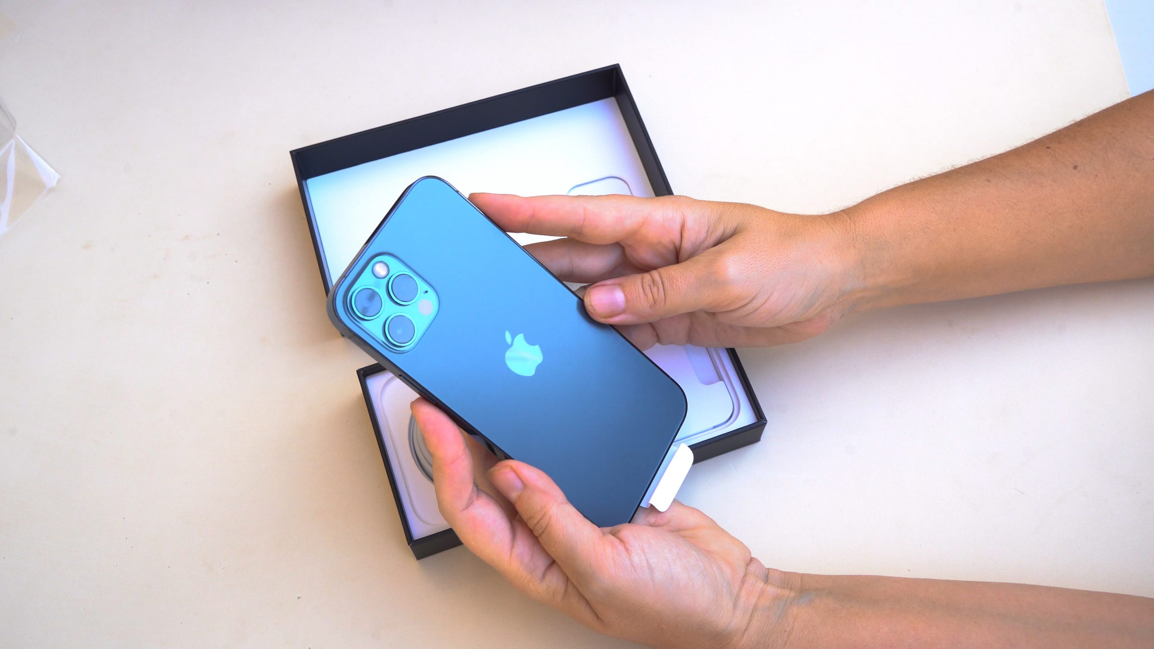 un iPhone bleu dans les mains