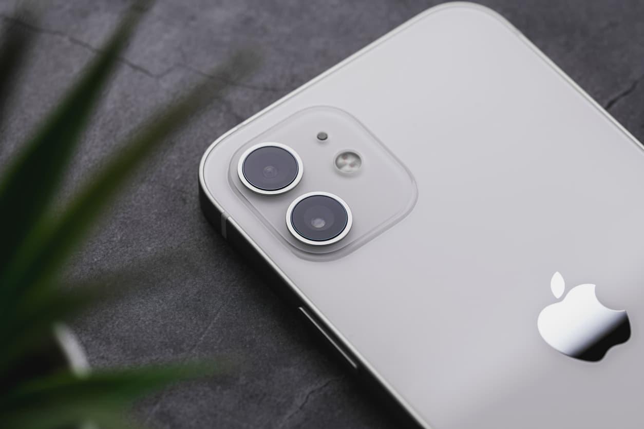Un IPhone bleu sur sa boite