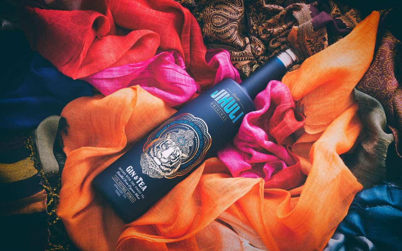 bouteille en verre gin sur foulards colorés