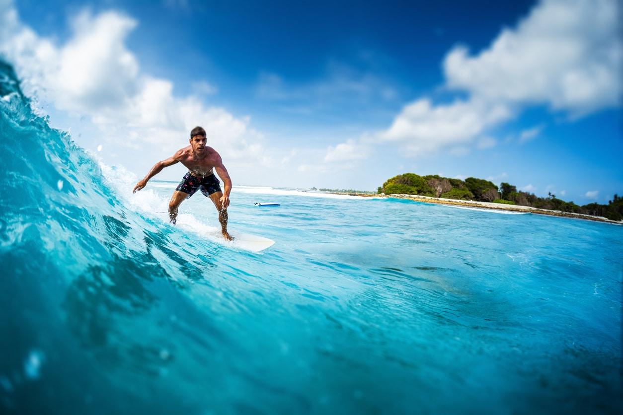 homme surf beau paysage