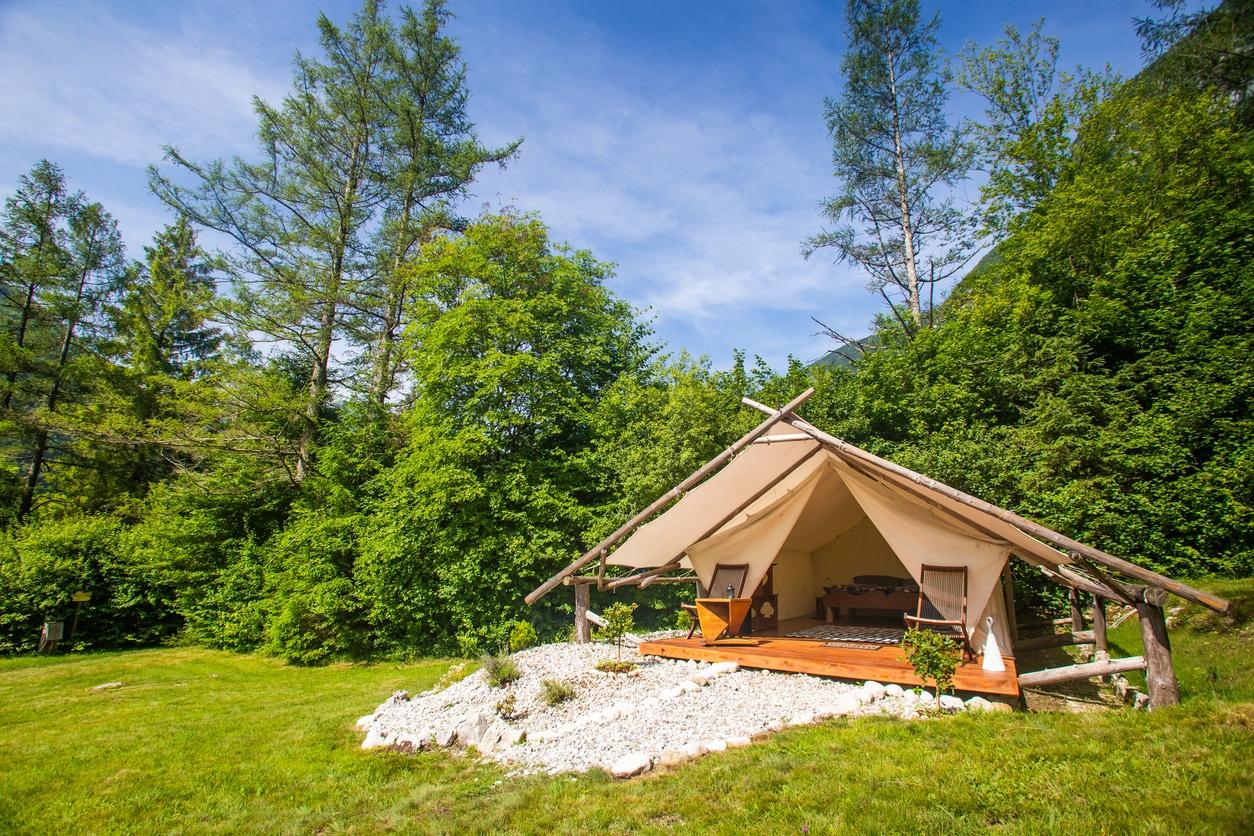 tente de camping moderne aménagé