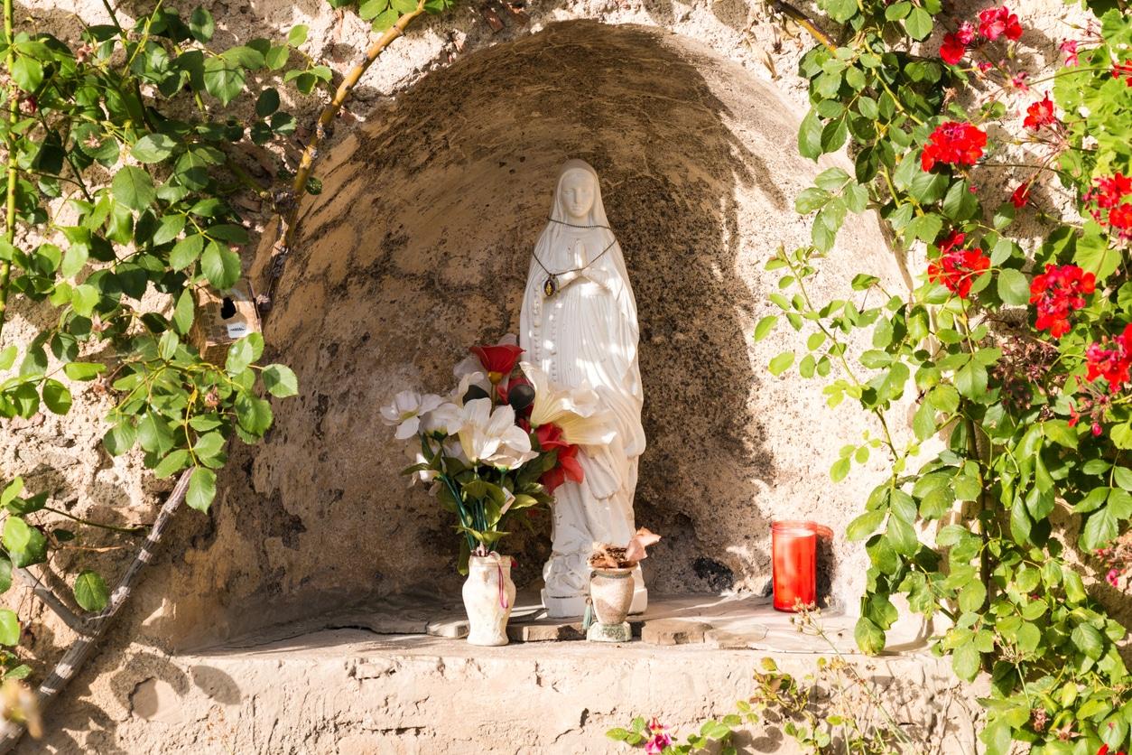 statue vierge marie coloré